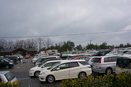 地元の人達の車でいっぱい