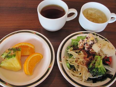 サラダと果物とスープが飲み放題な件