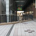 兵庫県芦屋市の東海道本線芦屋駅北側の白ポストと周囲。微妙にすみっこに寄る。(2014年)