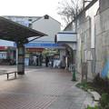 兵庫県三田市の神鉄南ウッディタウン駅前の白ポストの先から駅入口付近を見る。(2014年)
