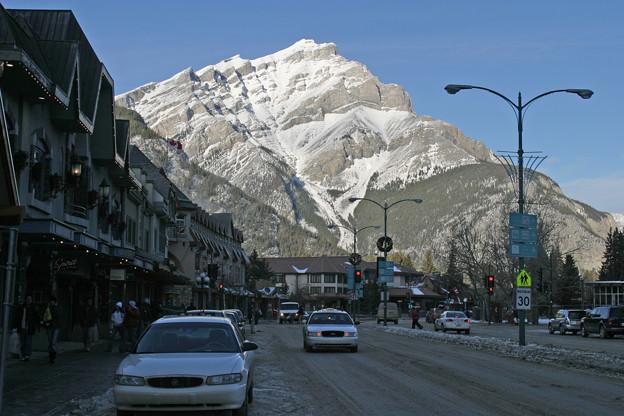 バンフの街中から、カスケード山を望む