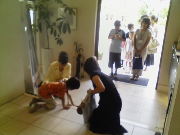 ダイワハウスの宝塚展示場では、まず玄関で靴の正しい脱ぎ方、揃え方.