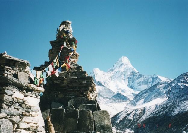 ネパール大地震この仏塔は?  Roadside stupa & prayer flag