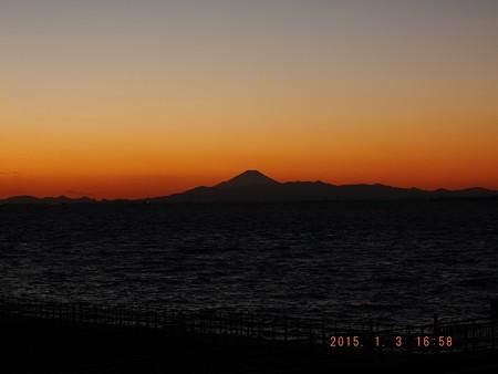 幕張の浜~20150103-05 富士山影絵