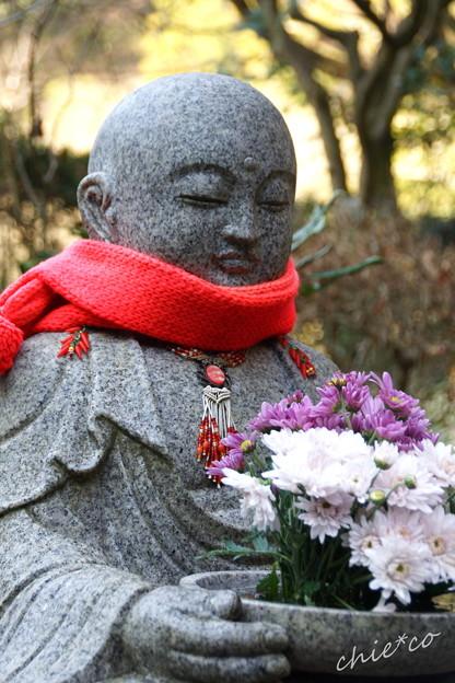 菊を抱かれた花想い地蔵さま・・