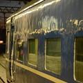 早朝の札幌駅に青い車体