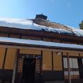 青い空とオレンジの壁