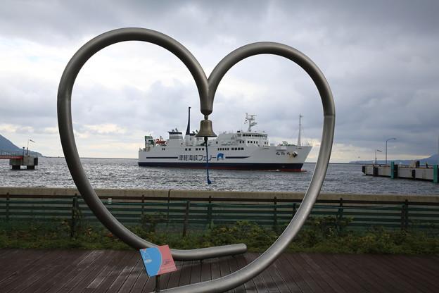 140829-49北海道ツーリング・函館フェリーターミナル・ハートのモニュメントと私の乗る船