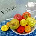 写真: 卓上の果物と《水差し》??