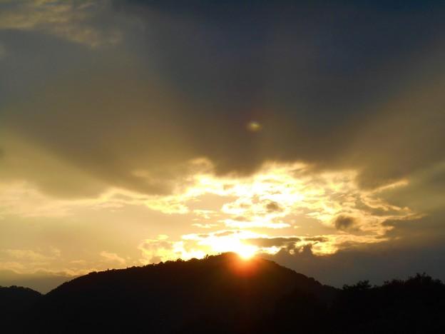 晩秋の激しい黄金色の夕陽 in 平木山