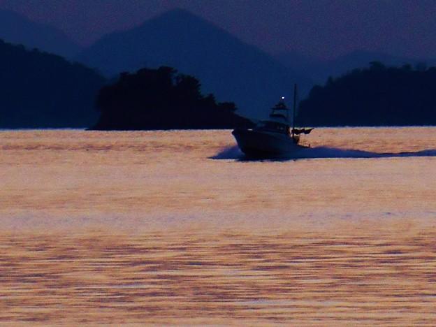 日暮れて 釣り舟のご帰還