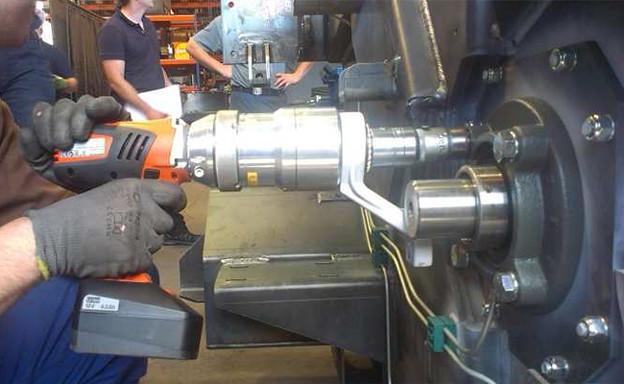 エンジンボルト:コードレス電動トルクレンチ(大型トルクレンチ)