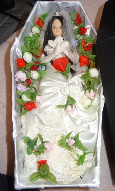 ウェディングドレス(ローズ リエール)を着た棺の中のREINA