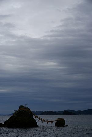 曇天の海に座する夫婦