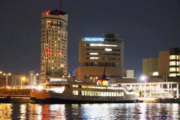 写真: 夜の高松港