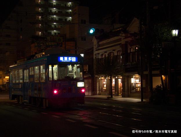 長崎次郎書店前にて信号待ちの市電。