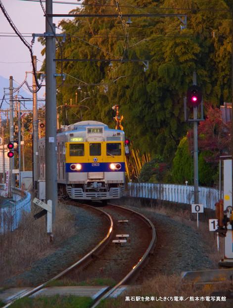 黒石駅を発車したきくち電車。