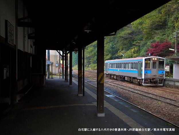 白石駅に入線する八代行きの普通列車。