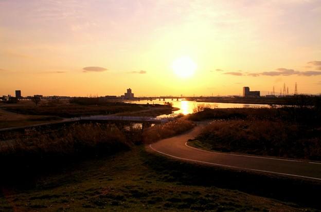 Photos: 道は川へと続いて夕焼けになる