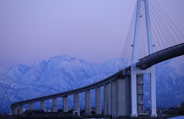 夕暮れの新湊大橋と剱岳