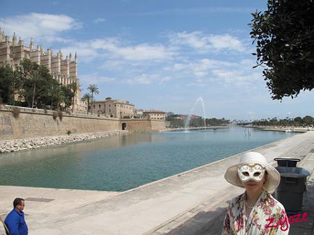 スペイン・マヨルカ島…大噴水前で。