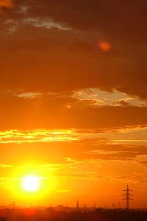 鉄塔の大地に日は沈む