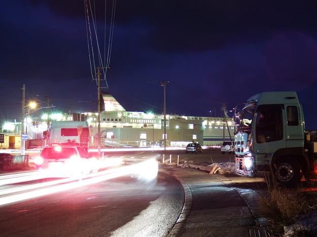 車両の光跡と新日本海フェリーらいらっく
