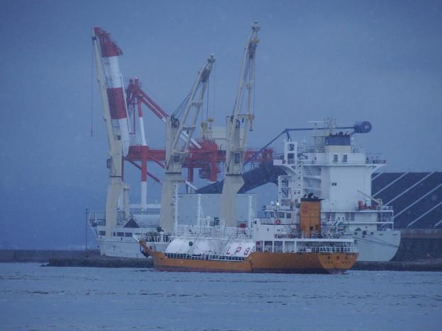LPGタンカーと貨物船