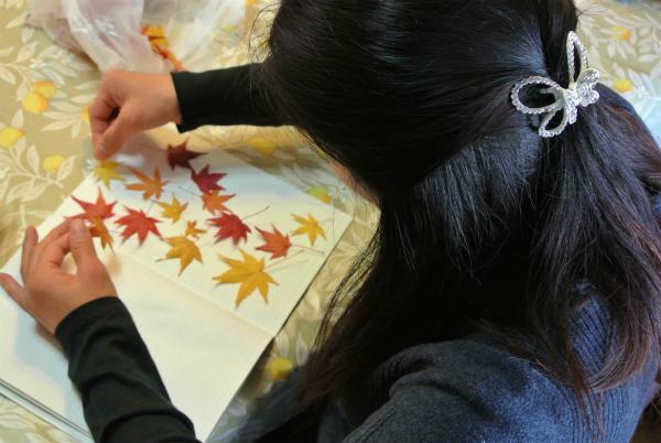 拾ったもみじの紅葉をノートに挟んで乾燥させる