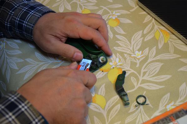 折れたシャフトに放射線状の溝をカッターナイフで彫る