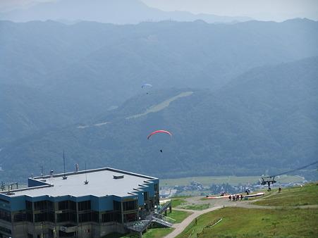 リフト乗り場から飛び立つパラグライダー