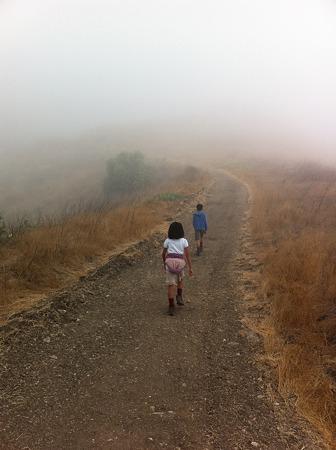 霧の中を歩く2人