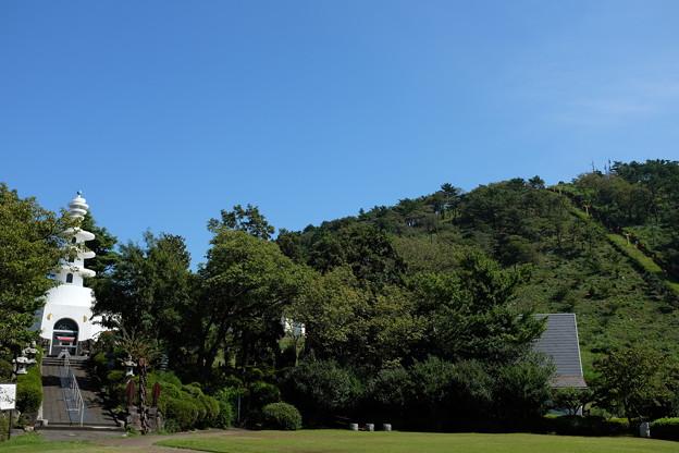 小室山と慰霊塔