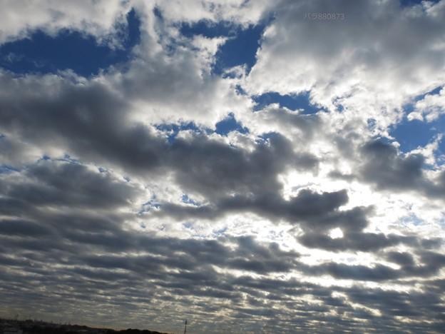 低く垂れこめ広がる雲